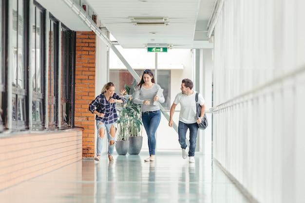 Студенты начинают бежать