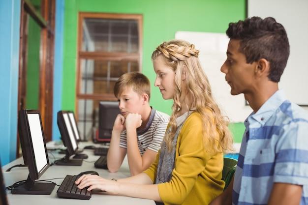 Студенты, обучающиеся в компьютерном классе