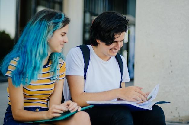 階段で勉強している学生