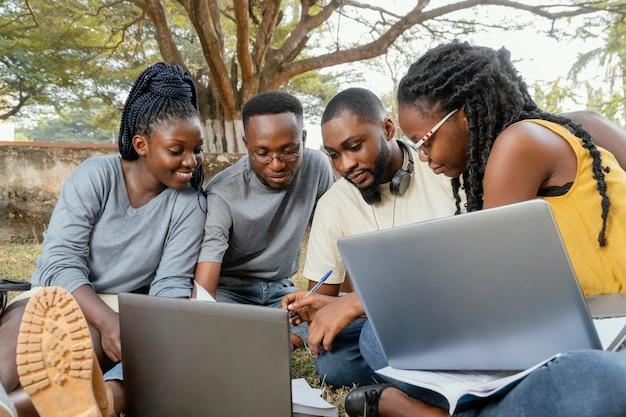 Studenti che studiano insieme colpo medio