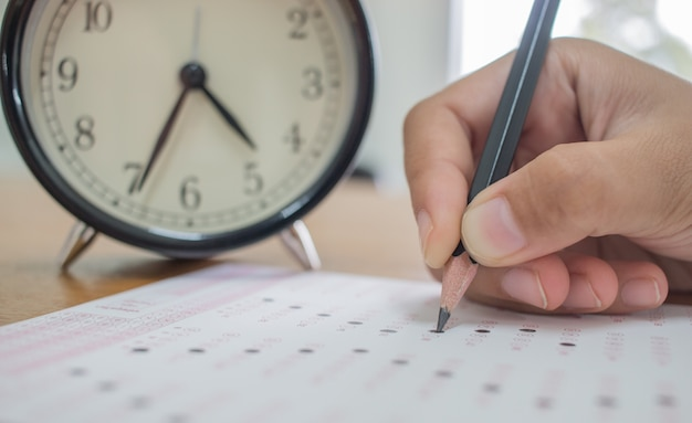 標準化された試験の光学形式で試験を受験する学生