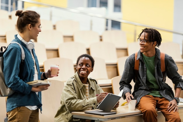 Студенты разговаривают после занятий