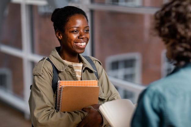 大学ホールで話している学生