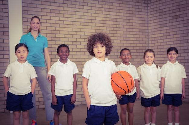 一緒にバスケットボールをする学生