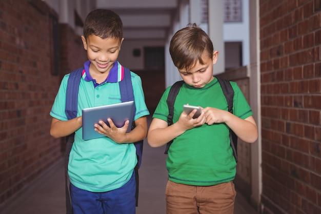 Студенты, использующие планшет и смартфон