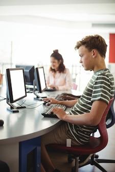 教室でコンピューターを使用している学生