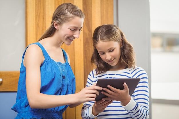 Студенты, использующие цифровой планшет в классе