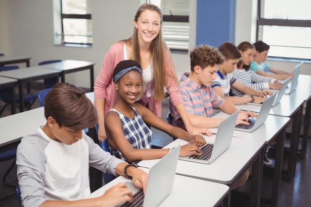 Студенты, использующие ноутбук в классе