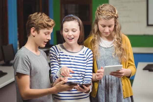 携帯電話とデジタルタブレットを使用している学生