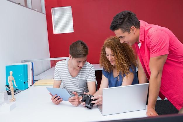 カメラとタブレットを使っている学生