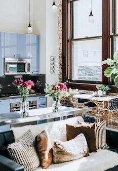 キッチンとソファ付きのスタジオアパートメント