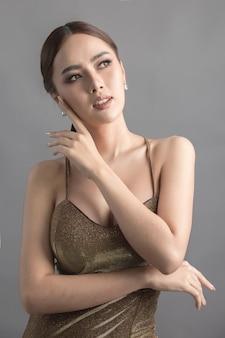 アジアの女性のスタジオファッションショット