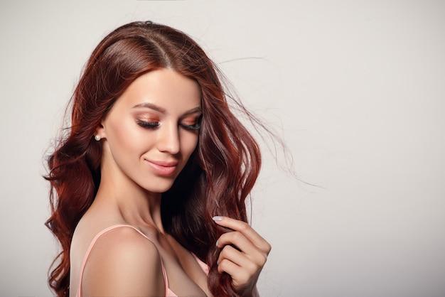 Студия гламур портрет красивой женщины с роскошными волосами на светлом фоне. место для copyspace.