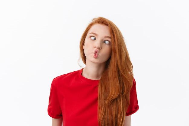 Изображение студии жизнерадостной женщины играя с волосами усмехаясь и смеясь над, представляя над белизной