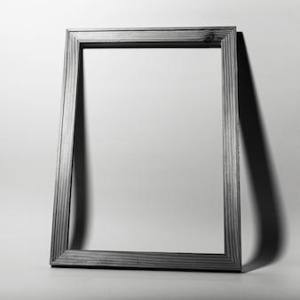회색 배경에 프레임의 스튜디오 이미지입니다. 흑백 사진.