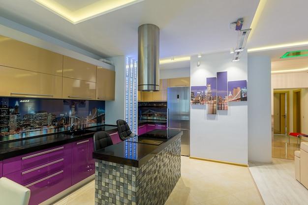 스튜디오 주방, 다양한 색상, 현대적인 스타일 프리미엄 사진