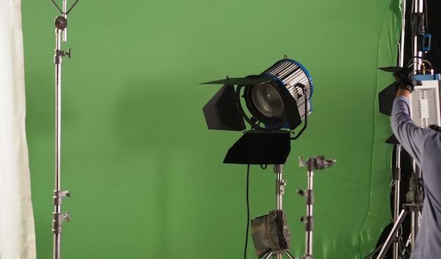 Студийное световое оборудование для фото- или кинофильмов. набор осветительных приборов для профессиональной съемки и экрана. светодиодные прожекторы и прожекторы для видеопроизводства. в комплект входит софтбокс двери сарая. Premium Фотографии