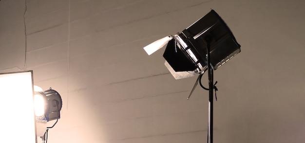 Студийное световое оборудование для фото- или кинофильмов. набор осветительных приборов для профессиональной съемки и экрана. светодиодные прожекторы и прожекторы для видеопроизводства. в комплект входит софтбокс двери сарая.