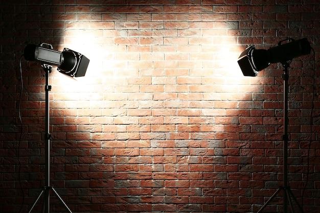 スタジオ ライトがレンガの壁に点滅します。