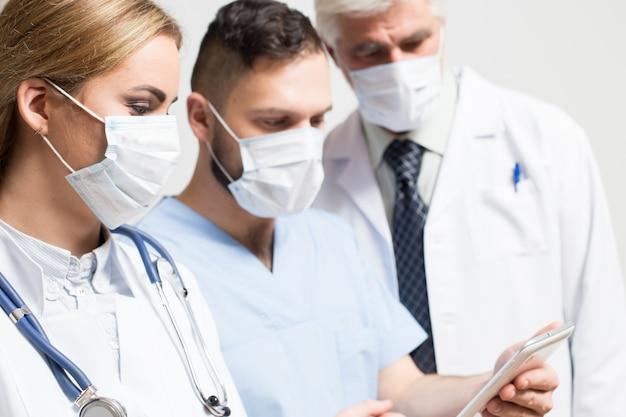 Studio chirurgo principale maschio barba diversa