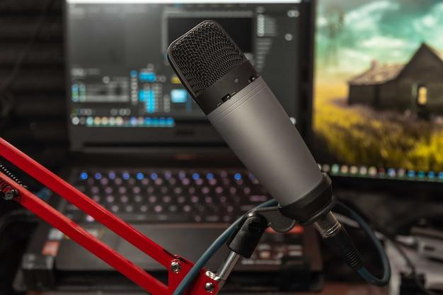 음악 스튜디오 또는 팟 캐스트의 스튜디오 마이크 및 컴퓨터