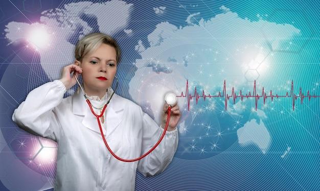 청진 기 실험실 코트에 백인 미국 의료 전문가의 스튜디오 사진. 색상 배경에 포즈 자신감 여성 의사입니다. 자신감 있는 수석 여성 심장 전문의. 의사의 초상화