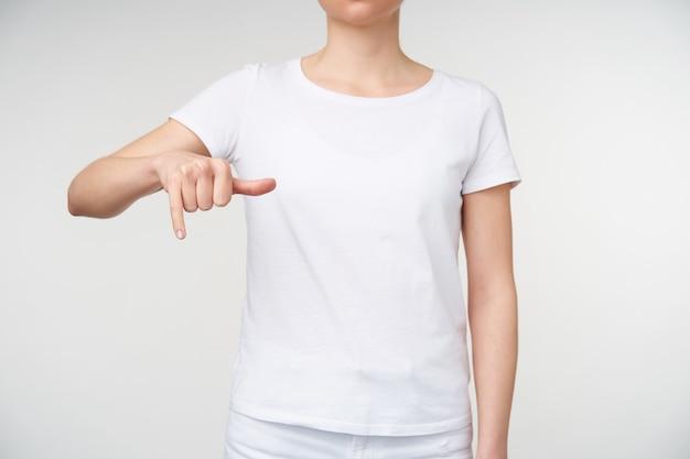 흰색 배경 위에 절연 수화를 사용 하여 단어를 몸짓하는 동안 발생하는 젊은 여성 유지 손의 스튜디오 사진. 인간의 손과 몸짓 개념
