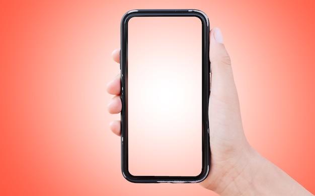 明るい赤の背景に、男性の手でスマートフォンのスタジオ画像。