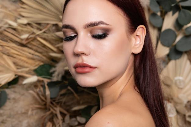 갈색 머리를 가진 아름 다운 젊은 여자의 스튜디오 초상화. 완벽하고 신선한 깨끗한 피부를 가진 예쁜 여자 모델.