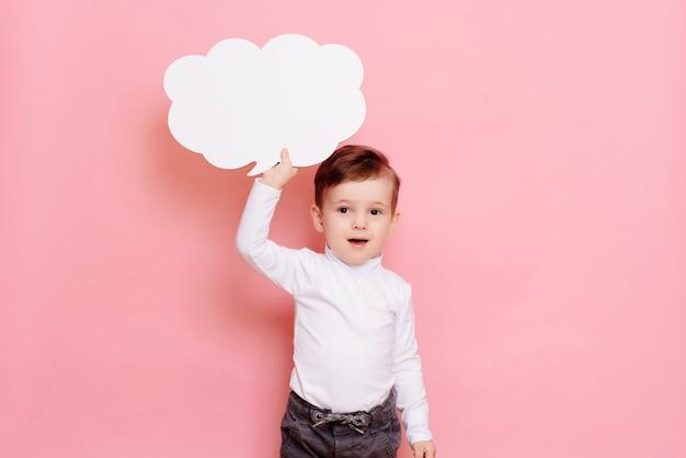 구름 모양의 빈 화이트 보드를 가진 소년의 스튜디오 초상화