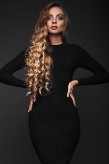 섹시 한 긴 머리 금발 여자의 스튜디오 초상화