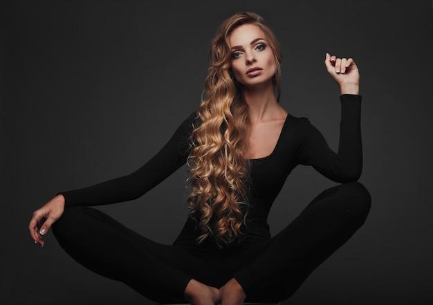 섹시한 긴 머리 금발의 스튜디오 초상화