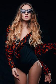 섹시한 감각적 인 금발의 스튜디오 초상화