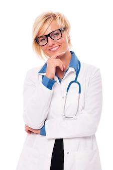 Студийный портрет уверенно молодой женщины-врача