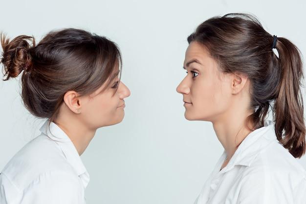 Студийный портрет женских близнецов