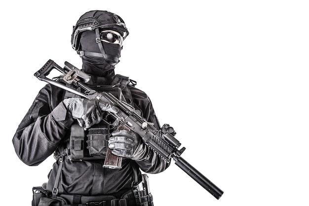 경찰 특수부대원의 스튜디오 초상화, 검은색 제복을 입은 빠른 반응 그룹 사수, 헬멧, 마스크와 안경 얼굴 뒤에 숨겨진 흰색, 카피스페이스에 격리된 돌격 소총으로 무장