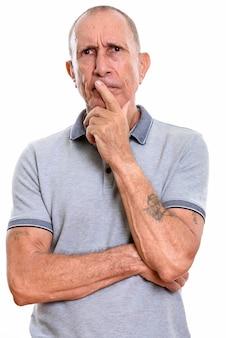 白に対して分離された短い髪の年配の男性のスタジオポートレート