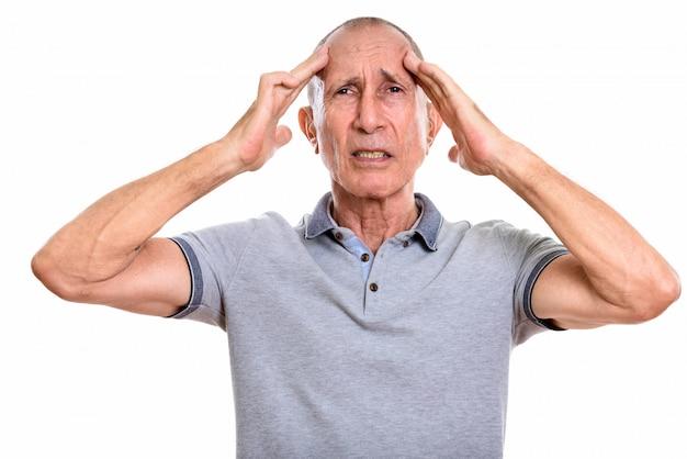 Студийный портрет старшего мужчины с короткими волосами, изолированными от белого
