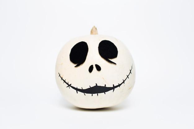 흰색 배경에 흰색 할로윈 웃는 호박의 스튜디오 초상화.