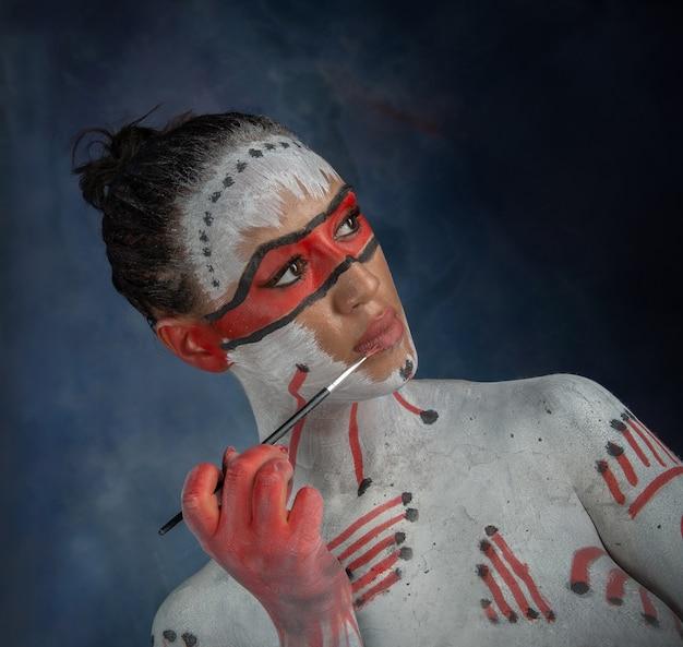 ボディに描かれた女性のスタジオポートレート、エスニックな描画とボディペイント