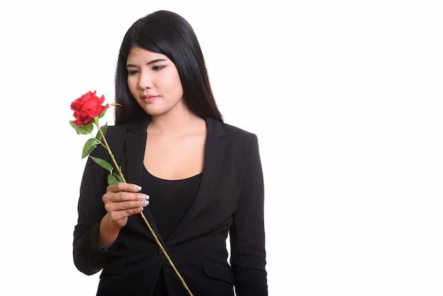 Студийный портрет молодой азиатской женщины, изолированной на белом