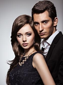 恋に若い美しいカップルのスタジオポートレート
