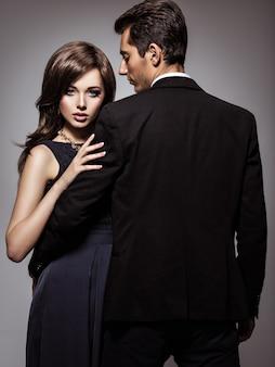 Студийный портрет молодой красивой влюбленной пары