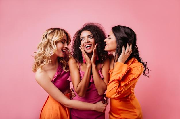Ritratto in studio di tre donne di buon umore