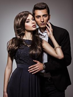 Ritratto dello studio di giovane bella coppia di flirt nell'amore