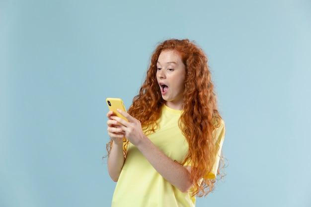 Ritratto in studio di giovane donna con i capelli rossi red