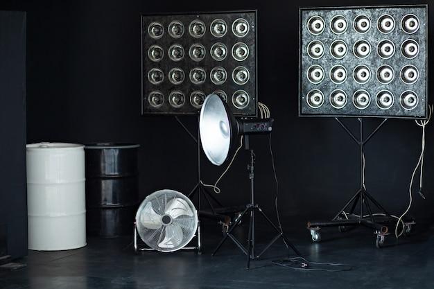 Элементы настройки студии, студийная вспышка, вентилятор.