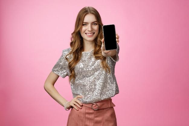 Студия сняла уверенную, харизматичную молодую гламурную женщину и представила потрясающее приложение для смартфона, показывающее ...