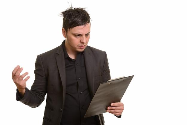 Студия выстрел сердитого кавказского бизнесмена, читающего буфер обмена