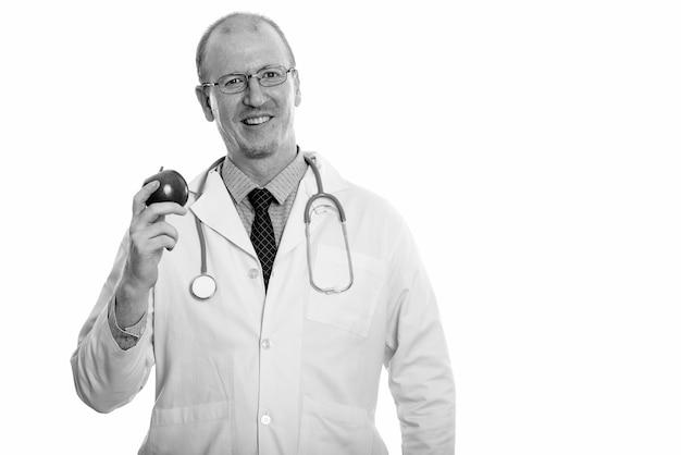 Студийный снимок лысого доктора с щетиной бороды, изолированной на белом фоне в черно-белом